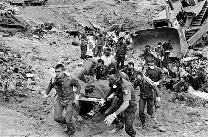 Le 28 octobre, vers 6 h 30, la déflagration détruit entièrement l'immeuble Drakkar. Trois jours après l'attentat, des soldats français continuent d'extraire des victimes des gravats, tout en cherchant des survivants.