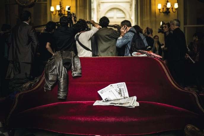 Du lundi au vendredi, parfois jusque tard dans la nuit, le rituel entre députés et journalistes est bien huilé dans la salle des Quatre-Colonnes, à l'Assemblée nationale.