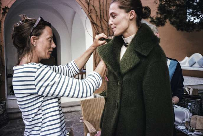 Depuis son  arrivée à la tête de la direction artistique de la maison française Céline, Phoebe Philo travaille régulièrement avec le photographe de mode allemand Juergen Teller (ci-contre), réputé pour sa vision décalée de l'univers du luxe. Pour M, ils livrent des images inédites, prises lors du shooting de la campagne Céline automne-hiver 2013-2014  (ci-dessous, avec la mannequin vedette Daria Werbowy). -