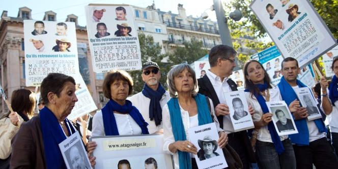 Des proches des otages retenus au Niger défilaient à Marseille, le samedi 21 septembre 2013, pour les trois ans de leur détention.