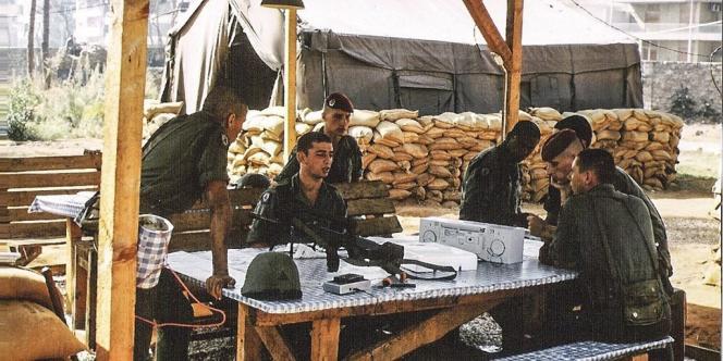 A l'ambassade de France, une tente est dressée pour accueillir les corps. Les soldats rescapés, eux, ont pour mission d'identifier leurs  camarades (Sylvain Fresnay est le troisième en partant de  la gauche).