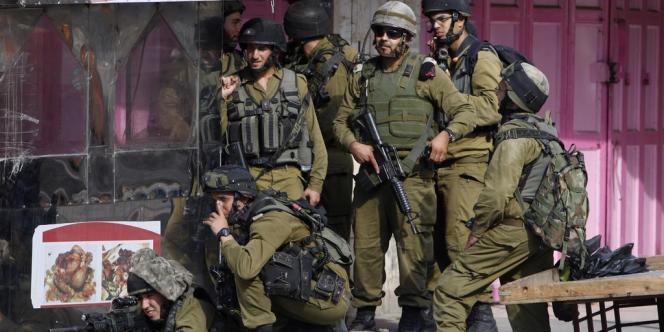 Un groupe de soldats israéliens pendant les affrontements avec des Palestiniens, à Hébron, le 22 septembre.