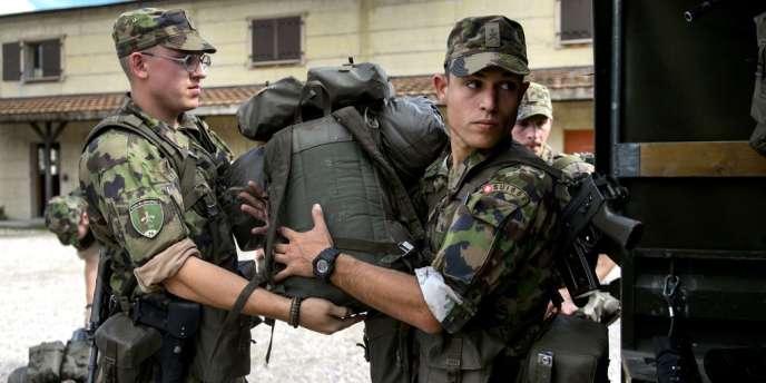 Des officiers de l'armée suisse, le 19 septembre près de Genève.