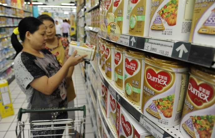 Des consommatrices chinoises face au lait en poudre Dumex, dont des cadres sont soupçonnés de corruption, le 5 août.