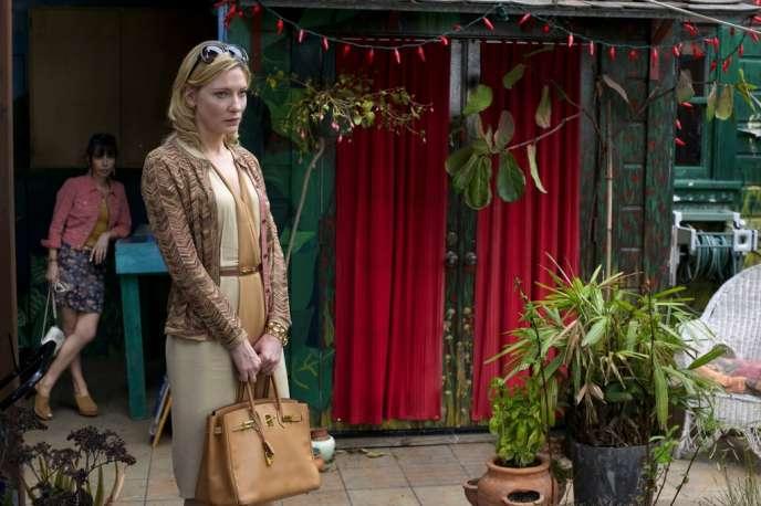 Ruinée, Jasmine (Cate Blanchett) débarque à San Francisco chez sa sœur adoptive, Ginger (Sally Hawkins).