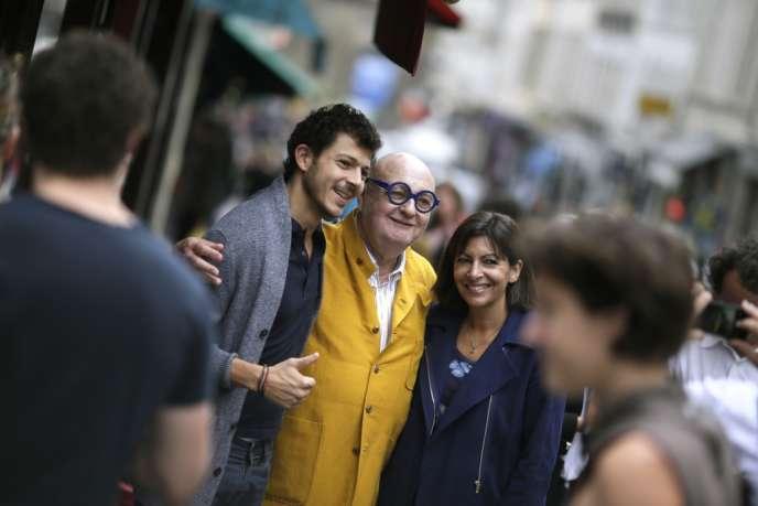 Jean-Pierre Coffe et Anne Hidalgo posent avec un passant, dimanche 22 septembre, à Paris.
