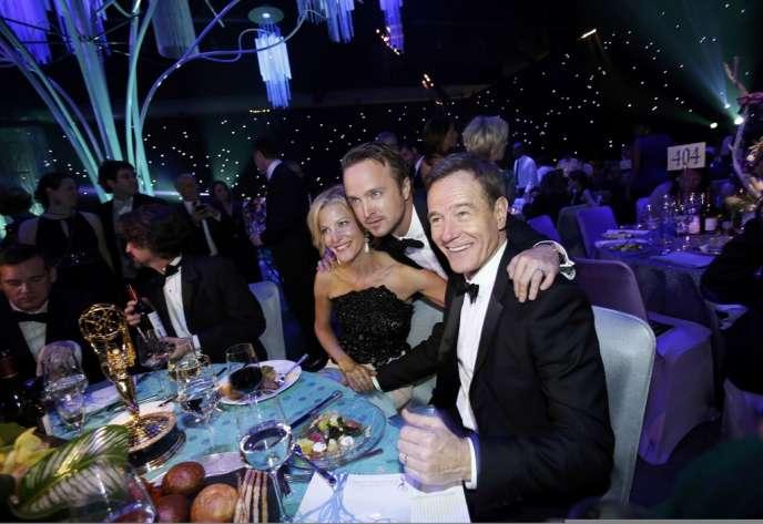 Les acteurs Anna Gunn (meilleur second rôle féminin), Aaron Paul et Bryan Cranston célèbrent le succès de