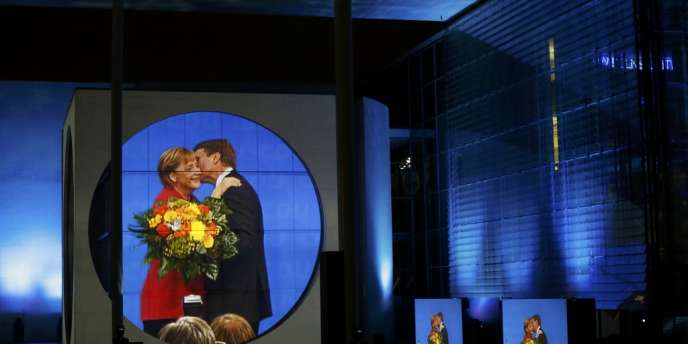Angela Merkel félicitée par un membre de la CDU, à la bibliothèque du Bundestag,  dimanche 22 septembre, à Berlin.