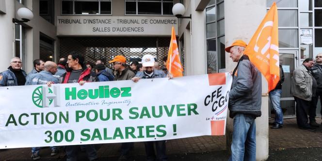 Le 16 avril 2013, des salariés de l'équipementier Heuliez, attendant devant le Tribunal de commerce de Niort. Celui-ci devrait prononcer, lundi 30 septembre, la liquidation de l'entreprise de carrosserie automobile installée à Cerizay.