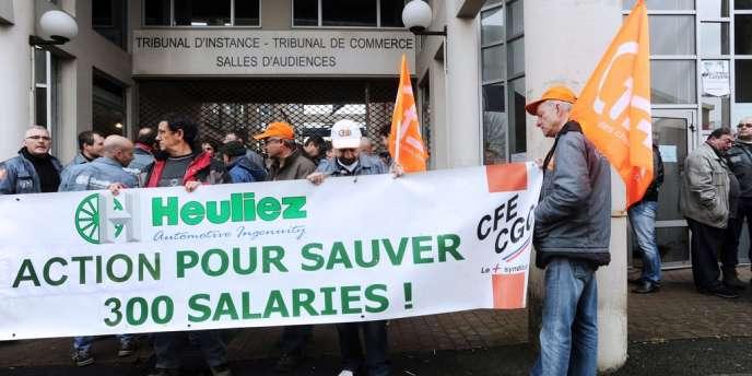 Dde salariés de  l'équipementier Heuliez, attendant devant le Tribunal de commerce de Niort, le 16 avril 2013.