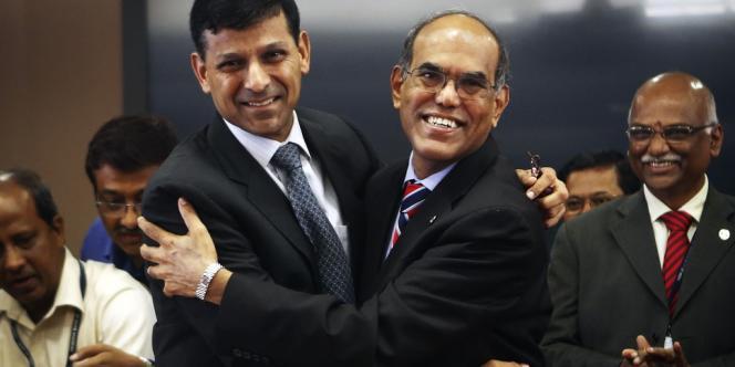 Le nouveau gouverneur de la Reserve Bank of India, Raghuram Rajan (à gauche),  et son prédécesseur, Duvvuri Subbarao, à Bombay,  le 4 septembre.
