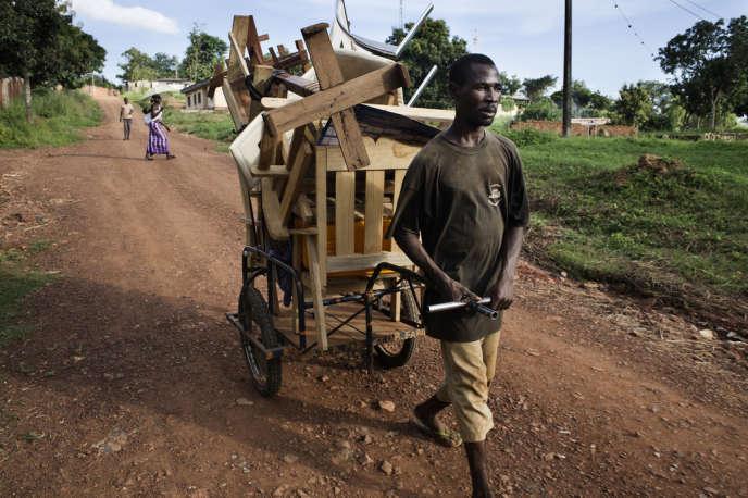Un habitant de Boy-Rabé, un quartier de Bangui, quitte sa maison par crainte des pillages des rebelles de la Séléka, le 21 septembre.