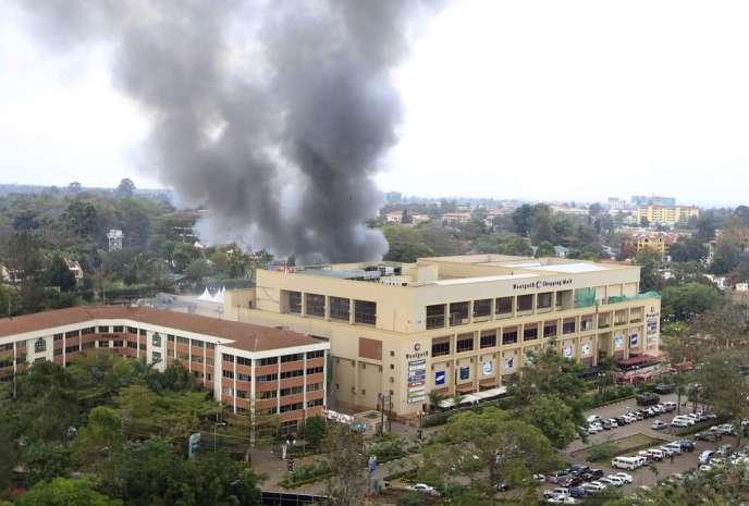 De la fumée s'élève du centre commercial Westgate à Nairobi, le 23 septembre.