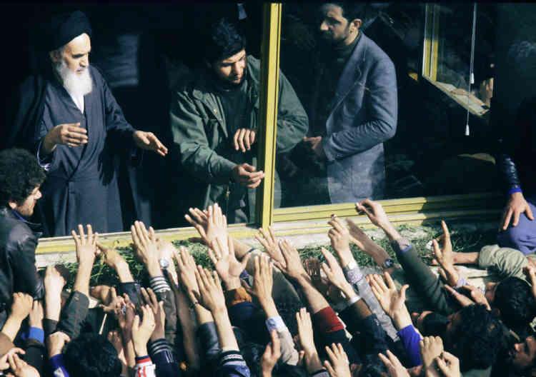 Le 2 février 1979, la foule acclame l'ayatollah Ruhollah Khomeiny revenu la veille à Téhéran après 15 ans d'exil, alors que le pays tout entier s'est soulevé contre le régime du chah.