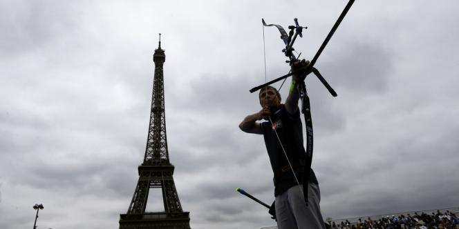 Un archer en action, le 22 septembre devant la tour Eiffel.