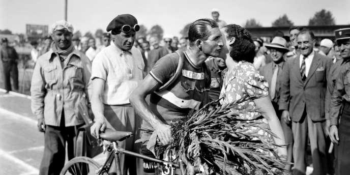 Gino Bartali dans le stade de Pont Jumeaux, félicité après sa victoire dans la huitième étape du Tour de France 1948.