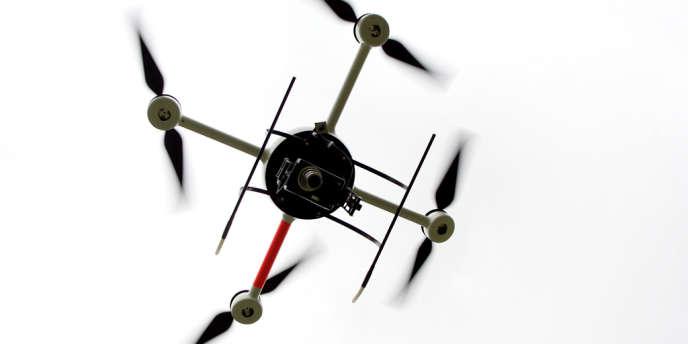 Une démonstration de vol du drone Quadri-France produit par l'entreprise Taser France.