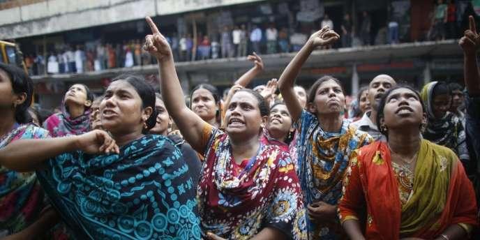 Des milliers d'employés de l'industrie textile au Bangladesh ont manifesté lundi 23 septembre pour la troisième journée consécutive afin de réclamer un salaire mensuel minimal de 100 dollars.