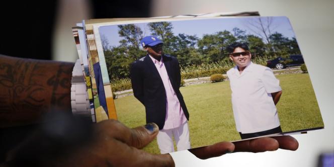 Dennis Rodman montre des photos de lui à côté de Kim Jong-un, le 7 septembre 2013.