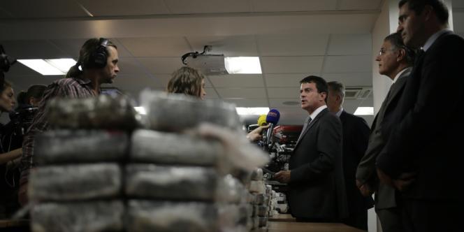Le ministre de l'intérieur, Manuel Valls, présente à la presse la saisie de cocaïne, samedi 21 septembre à Nanterre.