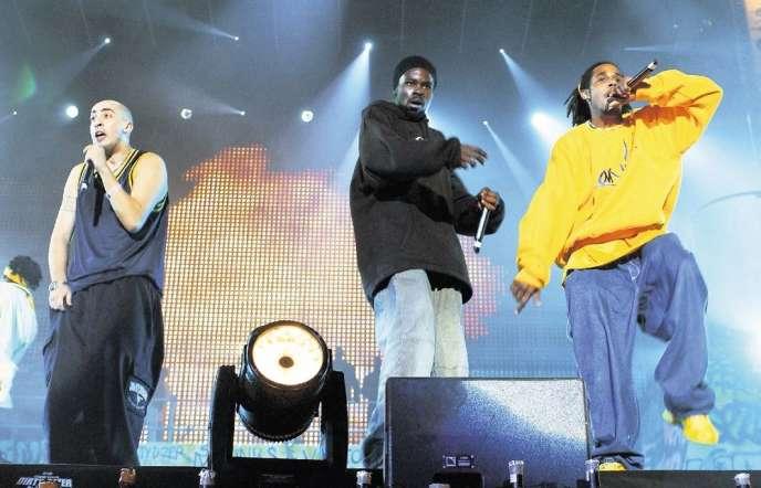 Leeroy Kesiah, Sly the Mic Buddah et Sir Samuel: le groupe Saïan Supa Crew dans l'euphorie de la première édition du festival Urban Peace, en septembre2002.