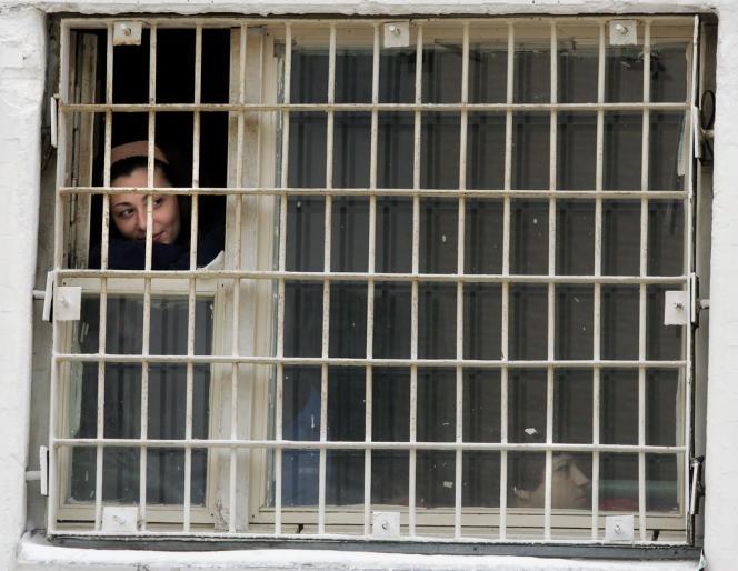 Une femme regarde à travers la fenêtre d'un centre de détention provisoire de Moscou, en mars 2006.