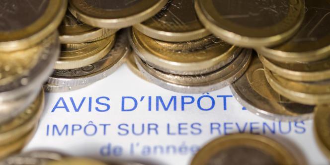 Un avis d'imposition et des pièces de 1 euro.
