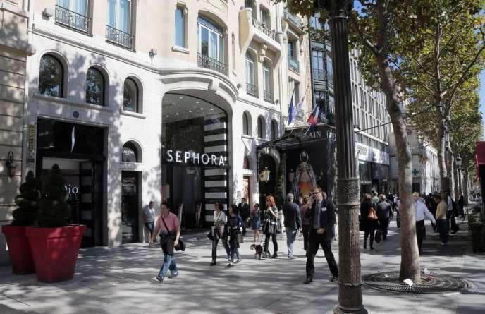 Devant la boutique Séphora sur l'avenue des Champs-Elysées, à Paris, le24septembre2013.