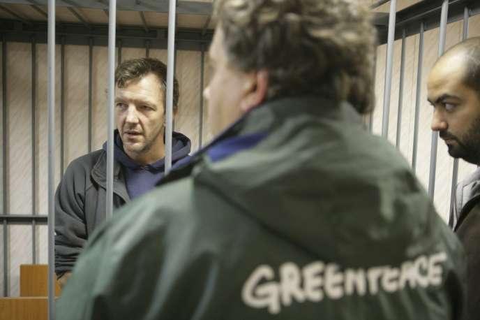 Phillip Ball, un activiste de Greenpeace, comparaît devant un tribunal russe, à Mourmansk, le 26 septembre.