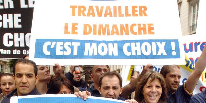 Des salariés manifestant en faveur de l'ouverture des magasins le dimanche, en juin 2008.