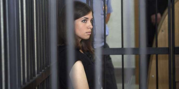 Nadejda Tolokonnikova a annoncé lundi entamer une grève de la faim, se disant menacée de mort après avoir dénoncé les conditions de détention dans son camp de travail – ici le 26 juillet devant la cour de Saransk (Mordovie).