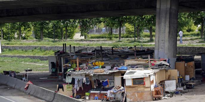 Un bidonville aux alentours de Paris en mai 2013. On en compte 400 en France.