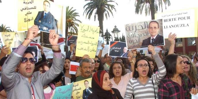 Mobilisation en faveur d'Ali Anouzla devant le Parlement marocain, le 26 septembre.