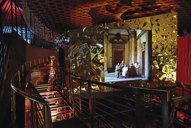 Dans le décor du vieux cinéma Manzoni, Antonio Monfreda et Patrick Kinmonth mettent à l'honneur les femmes de cinéma habillées par Fendi, comme Silvana Mangano dans