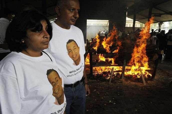 Des proches de Mitul Shah, président d'une équipe de football du Kenya tué lors de l'assaut du Westgate, lors de ses obsèques, le 26 septembre, à Nairobi.