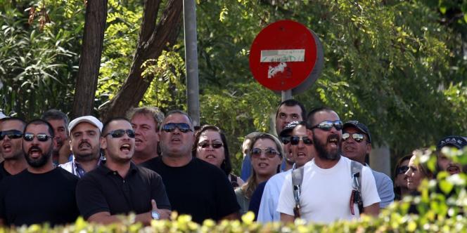 Des militants d'Aube dorée protestent contre l'arrestation de leur chef, Nikolaos Michaloliakos, devant le quartier général de la police d'Athènes, samedi 28 septembre.