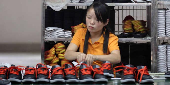 Une ouvrière dans une usine de chaussures à Jinjiang, en Chine, en septembre.