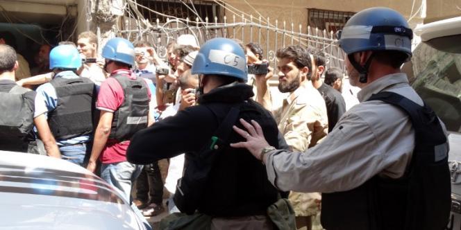 Image diffusée par l'agence de l'opposition syrienne Shaam News des inspecteurs de l'ONU arrivant sur un site où aurait eu lieu une attaque chimique, fin août.