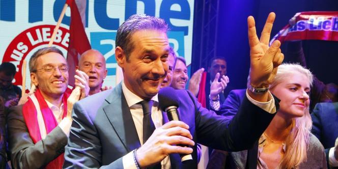 Autriche: Heinz-Christian Strache, candidat du FPÖ, fête son résultat aux législatives, le 29 septembre, à Vienne.