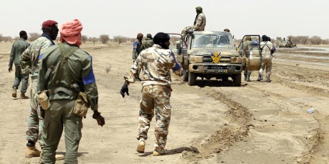 Des soldats maliens en patrouille entre les villes de Kidal et Gao, dans le nord du Mali, en juillet 2013.