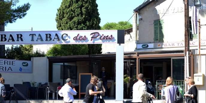 Journalistes présents devant le bar tabac de la rue d'Enco-de-Botte, le 30 septembre à Marseille.