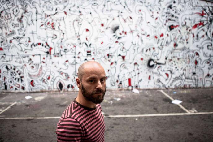 L'artiste-peintre Bodo, dans la cour du squat Jour et Nuit.