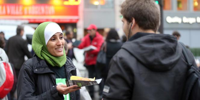 Une opération de tractage organisée par le Collectif contre l'islamophobie en France (CCIF) à Paris, en octobre 2012.