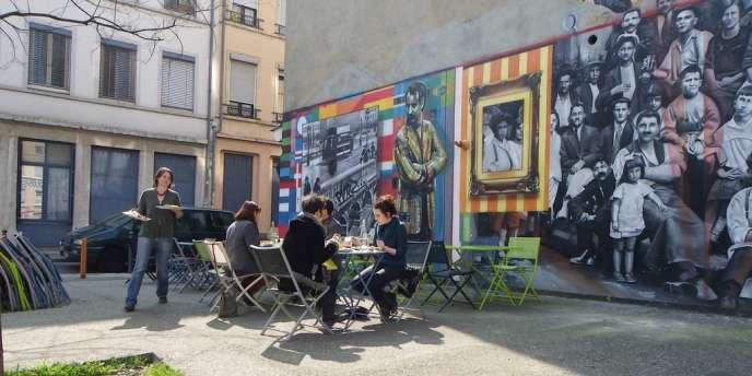 Le café-restaurant Le Court-circuit est installé place Mazagran, dans le quartier populaire de la Guillotière, à Lyon.