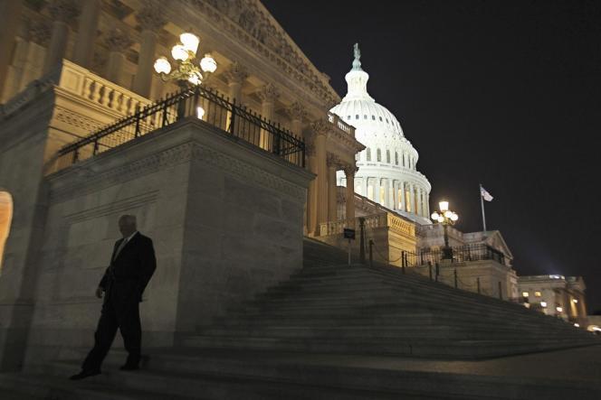 Un représentant quitte le Capitole dans la nuit de lundi à mardi à Washington.
