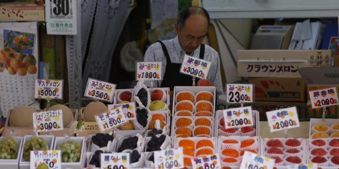 Le premier ministre du Japon, Shinzo Abe, a décidé d'augmenter la taxe sur la consommation pour tenter de maîtriser la dette colossale du pays.