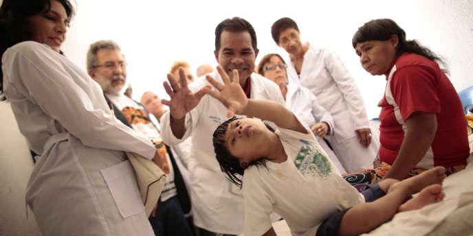Des médecins cubains lors d'une visite à des enfants indigènes, à Brasilia, le 6 septembre.