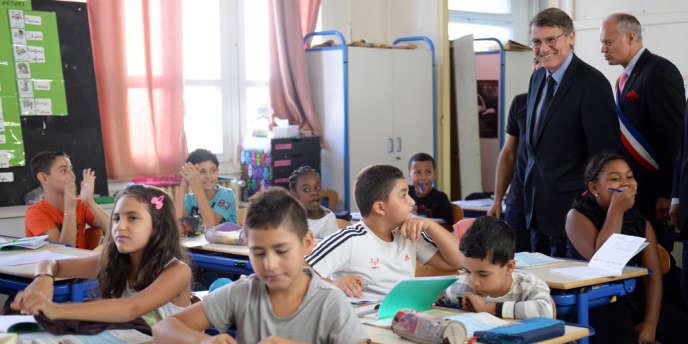 Vincent Peillon, ministre de l'éducation nationale, en visite dans une école de Marseille, le 16 septembre.