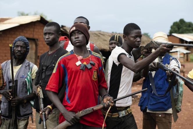 Des miliciens antibalaka opposés aux soldats de l'ex-Séléka posent avec leurs armes dans la rue principale de la ville de Njdoh, à une centaine de kilomètres au sud de Bossangoa.