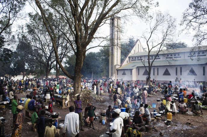 La mission catholique à Bangui accueille près de 25 000 personnes venues se réfugier après les attaques des anciens rebelles de la Séléka et les ripostes des antibalaka (anti-Séléka).
